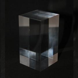 Présentoir acrylique prisme 70x40x40mm socles pour minéraux